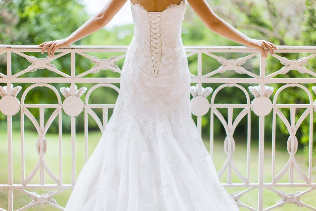 Picking a wedding theme - choosing the right dress